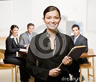 Femme d affaires avec le cahier et les collègues
