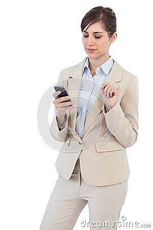 Femme d affaires réfléchie au téléphone