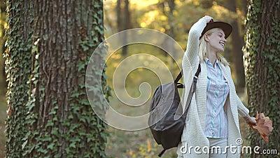 Femme d'automne en parc automnal Femme insousiant Photo atmosph?rique ext?rieure de mode de jeune belle dame en automne banque de vidéos
