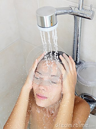 http://fr.dreamstime.com/femme-dans-la-douche-thumb27046099.jpg