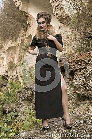 Femme dans la robe de soirée