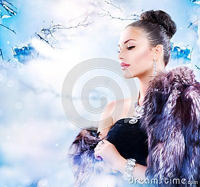 Femme dans le manteau de fourrure de luxe