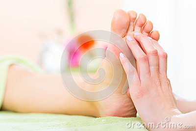 Femme dans le salon de clou recevant le massage de pied