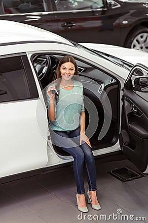femme dans le salon de l 39 automobile photo stock image 67807650. Black Bedroom Furniture Sets. Home Design Ideas