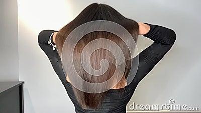 Femme de brune ondulant ses beaux, sains cheveux apr?s un traitement ? un salon de beaut? banque de vidéos