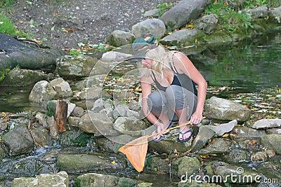 Femmes nues dans des filets de pêche