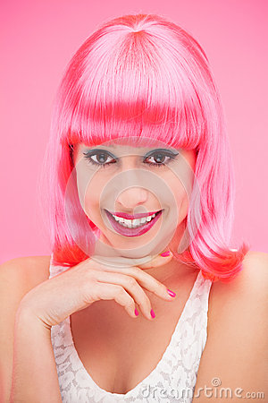 Femme de sourire au-dessus de fond rose