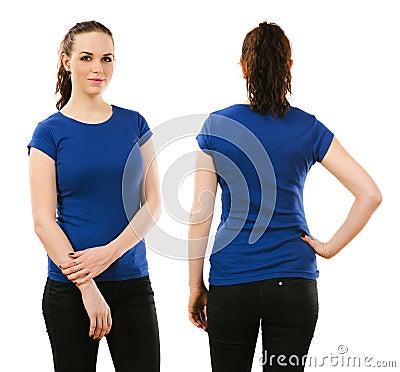 Femme de sourire utilisant la chemise bleue vide