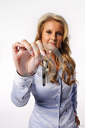 Femme donnant des clés