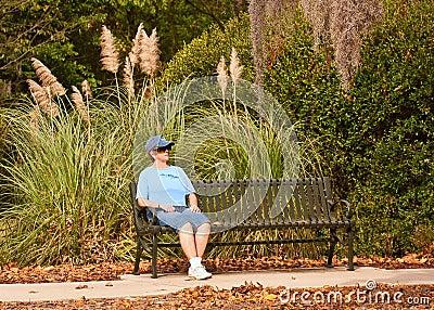 Femme détendant SUR le banc