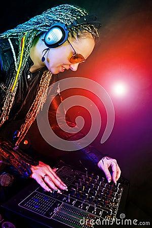 Femme du DJ jouant la musique par le mélangeur