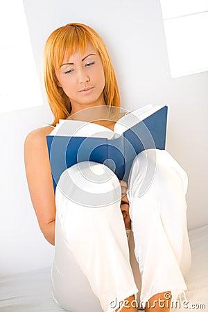 Femme du relevé de livre