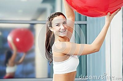 Femme en bonne santé heureuse avec la boule de forme physique
