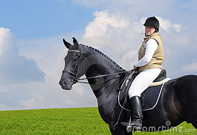 Femme et cheval noir