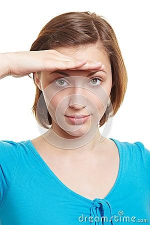 Femme examinant la distance