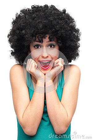 Femme Excited s usant la perruque Afro