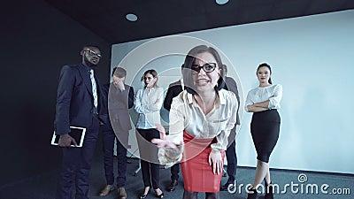 Femme exprimant une absence de paiement clips vidéos