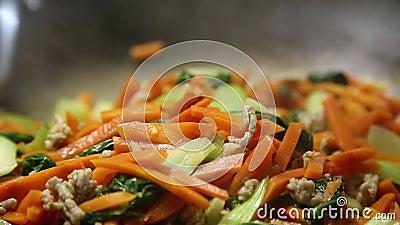 Femme faisant cuire des légumes