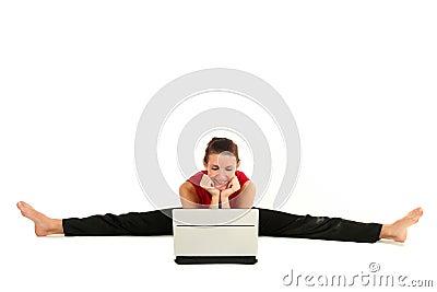 Femme faisant le fractionnement avec l ordinateur portatif