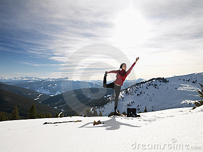 Femme faisant le yoga en nature.
