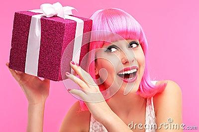 Femme heureuse avec le cadeau