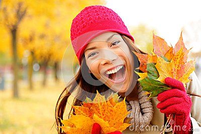 Femme heureuse Excited d automne