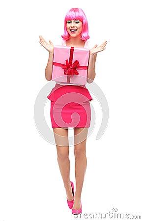 Femme heureuse retenant le cadeau