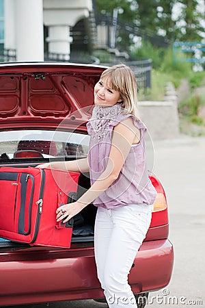 Femme heureux avec le bagage