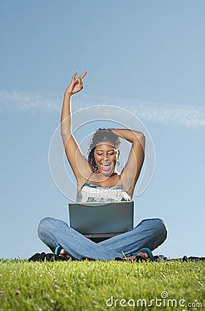 Femme heureux sur l ordinateur portatif