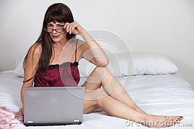 Femme hispanique de brunette d années  40 attrayantes