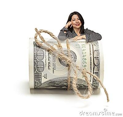 Femme hispanique heureuse se penchant sur un rouleau de cent