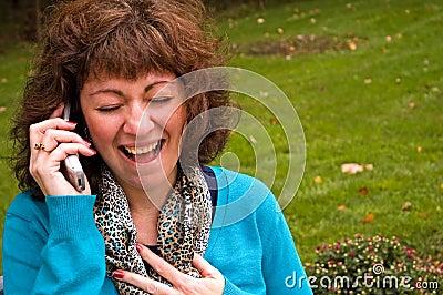 Femme hysterique sur le portable