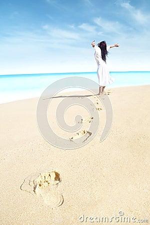 Femme insousiant avec l empreinte de pas