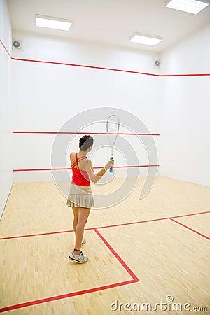 Femme jouant au squash