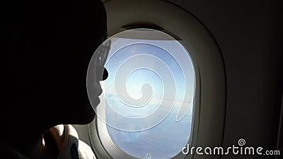 femme 4k asiatique tenant la bouteille transparente pour l'eau de boissons pendant le voyage de vol banque de vidéos