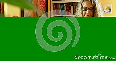 Femme mûre à l'aide de la tablette graphique à la maison 4k clips vidéos