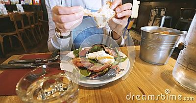 Femme mangeant le brunch en café de Français de Frances banque de vidéos