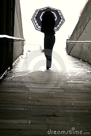 Femme marchant avec le parapluie