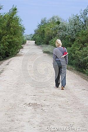 Femme marchant nu-pieds