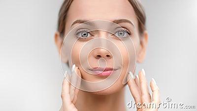 Femme nue souriante rapprochée touchant le visage de la peau en jouant du doigt avec la jeunesse et la douceur banque de vidéos