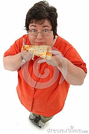 Femme obèse heureuse sur l échelle avec la pizza