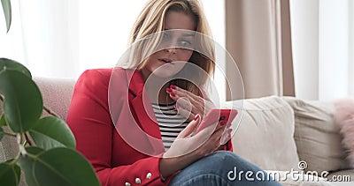 Femme obtenant bouleversée tout en observant le contenu de médias au téléphone portable banque de vidéos