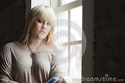 Femme par la fenêtre