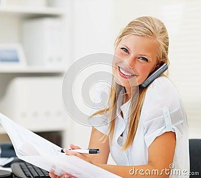 Femme parlant du téléphone, affichant un document
