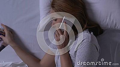 Femme pleurante dans le lit regardant la photo et appeler de famille l'ex-mari, relations clips vidéos