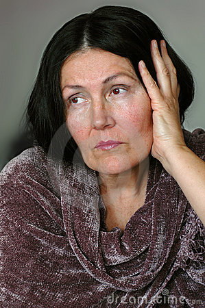 Femme plus âgé élégant mais triste