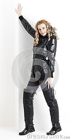 Femme portant les vêtements noirs