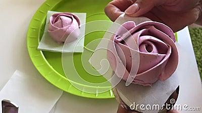 Femme préparant des roses de guimauve Enlève la guimauve de finition du support clips vidéos