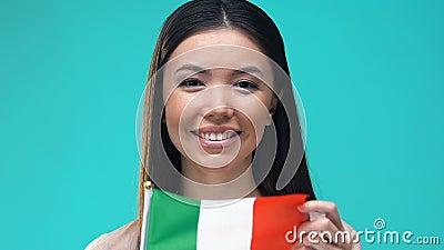 Femme qui porte le drapeau italien, service des visas, migration et tourisme banque de vidéos