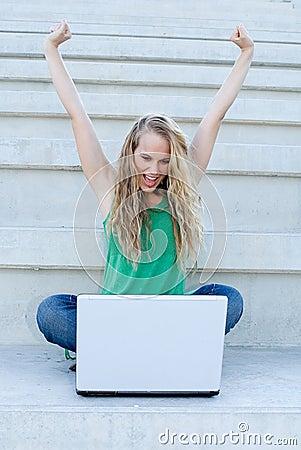 Femme réussi avec l ordinateur portatif